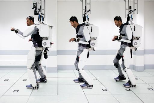 四肢まひの男性、脳信号で制御するパワードスーツで歩行 研究