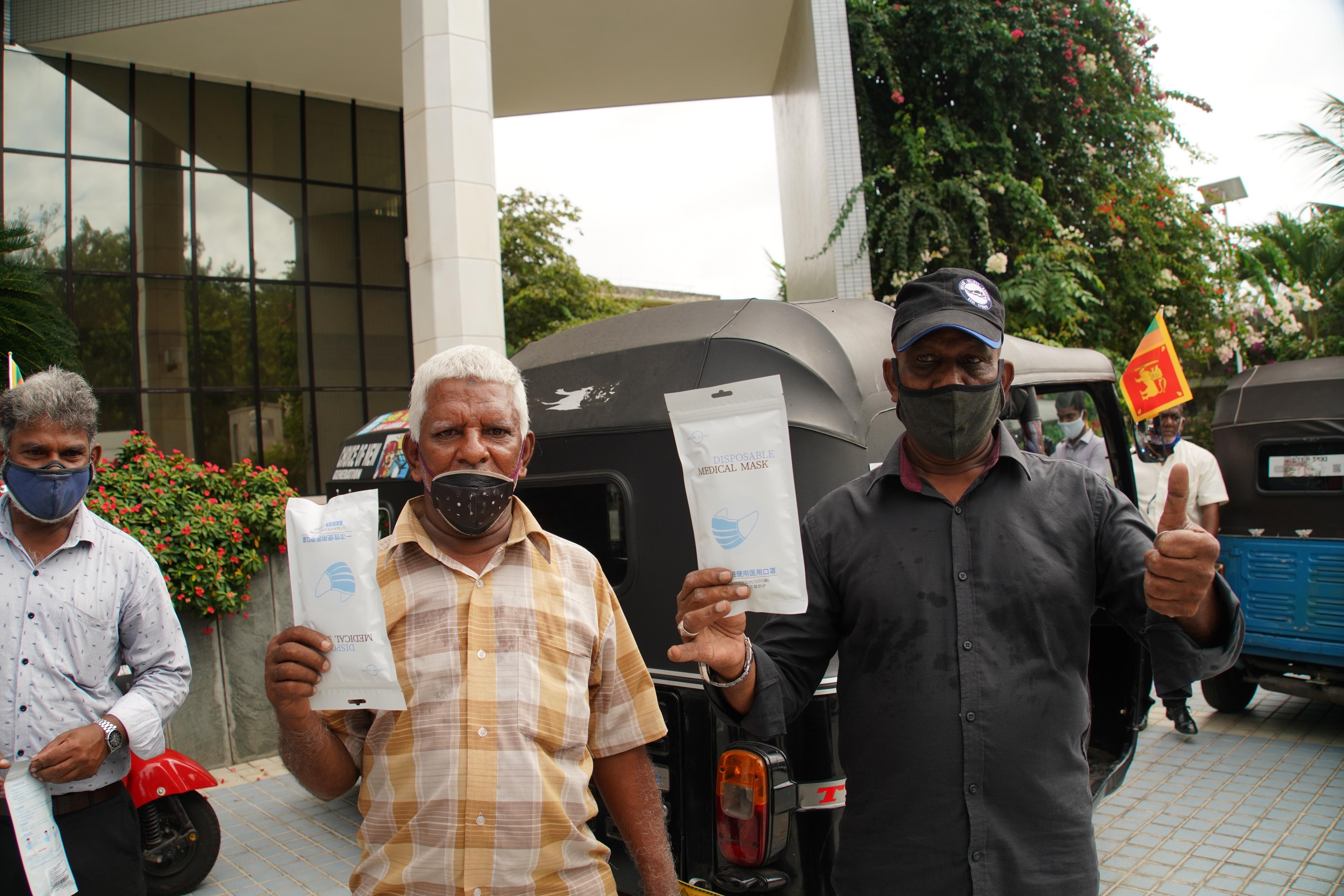 中国、スリランカの三輪タクシー運転手にマスク寄贈