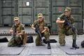 ノルウェー北部セテルモエンにある機甲大隊で基礎訓練をする新兵たち(2016年8月11日撮影)。(c)AFP/KYRRE LIEN