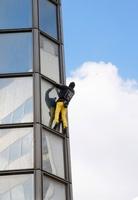 仏スパイダーマン、187メートルの高層ビルに「登頂」 パリ近郊