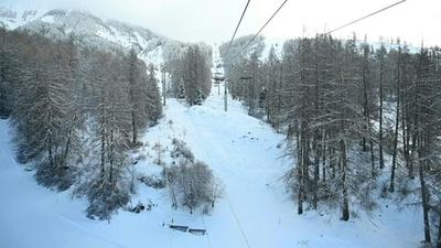 動画:仏アルプスのスキー場、温暖化で雪不足 ヘリで輸送も