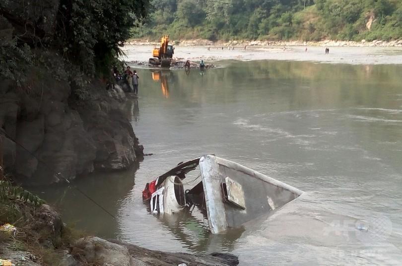 ネパールで定員超過のバスが川に転落、31人死亡 飲酒運転か