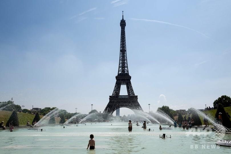 猛暑のフランス、噴水や海辺に涼を求める人たち