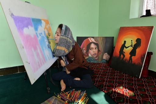 先天性障害を乗り越え、絵筆くわえて描く芸術家 アフガニスタン
