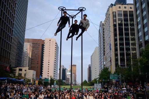 【今日の1枚】ツバメが3羽? ソウルで大道芸の祭典