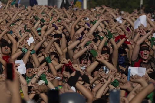 【今日の1枚】抗議と連帯、無数の手が表すもの