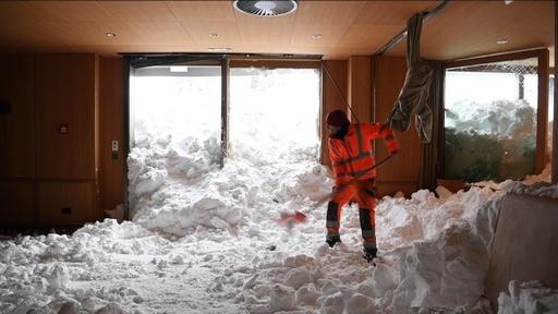 動画:レストランに雪崩が流入、3人軽傷 スイス