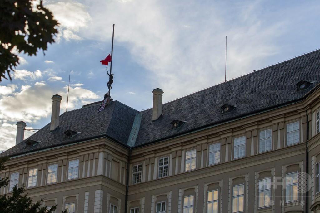 チェコ大統領府の旗が赤い巨大パンツに、中露との関係に抗議