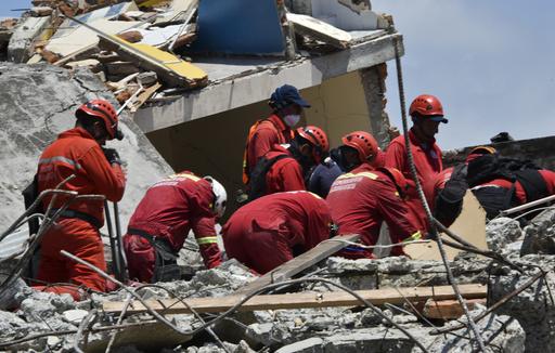 72歳男性を13日ぶりに救助、エクアドル地震