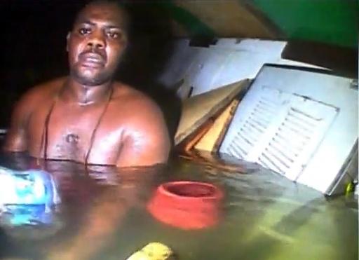 沈没船内で約3日生き延びた男性、救出劇の映像を初公開