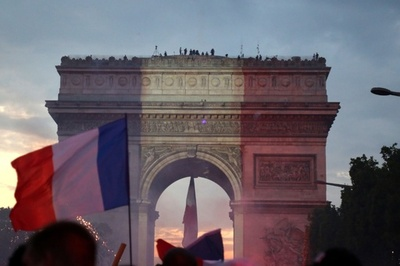 W杯制覇に歓喜、トリコロールに染まる仏パリの名所