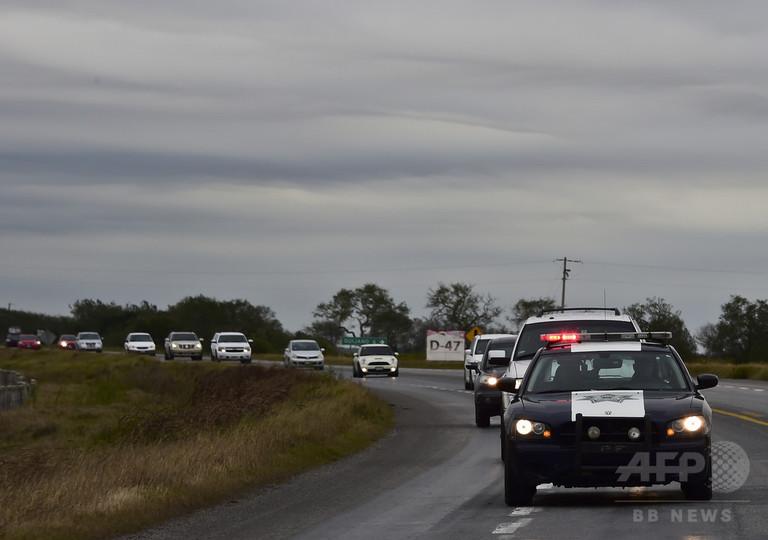 パトカーが先導する「死のハイウエー」、メキシコ