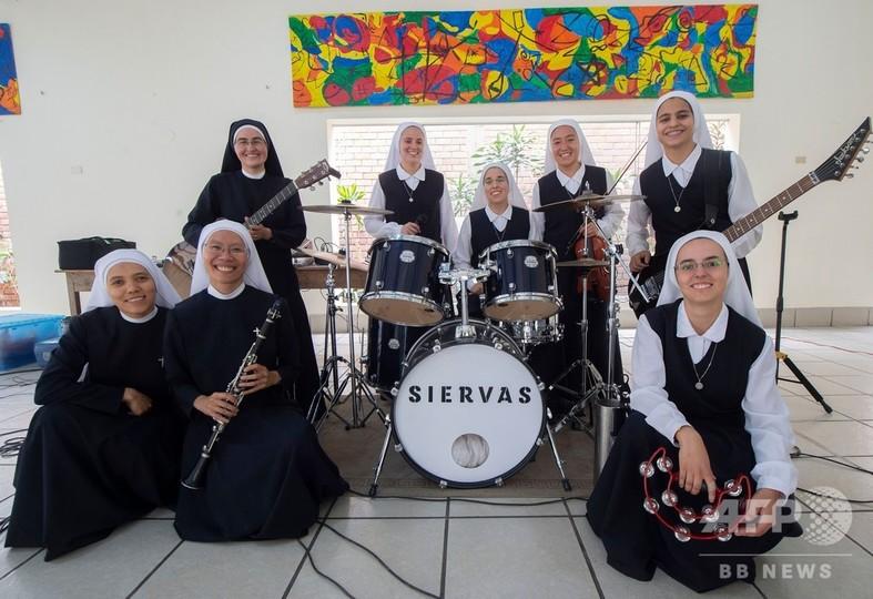 日本人もメンバーの修道女ロックバンドが人気、法王の前で演奏へ