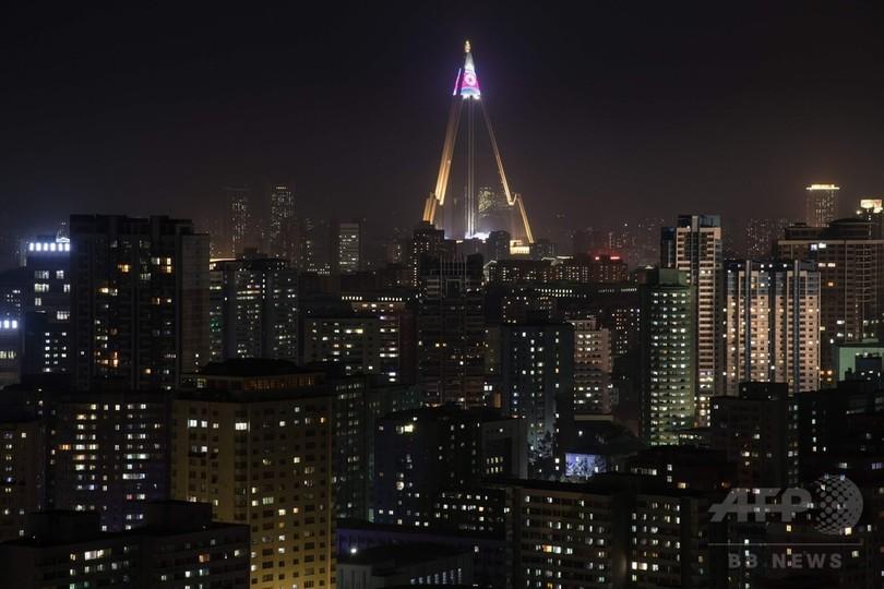 平壌の「滅びのホテル」に浮かび上がる国旗、ついに一部オープンか