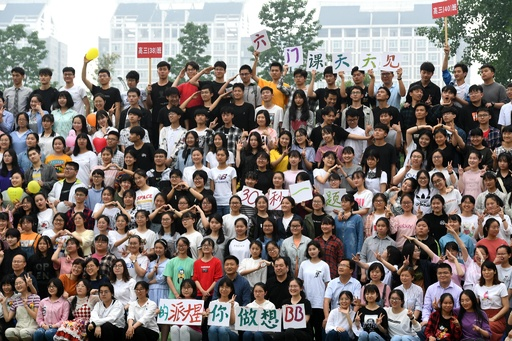 高校生2300人が一斉に写る「超・卒業記念写真」 合肥