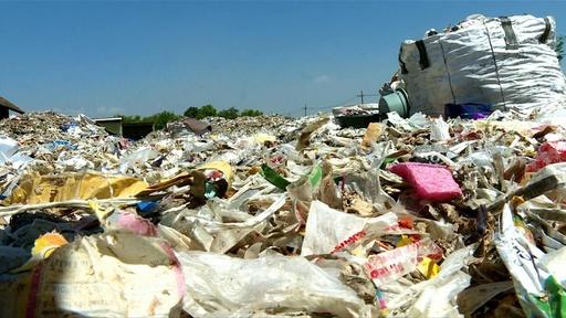 動画:プラごみは「宝物」、輸入廃棄物で生計立てる貧困地区住民 インドネシア