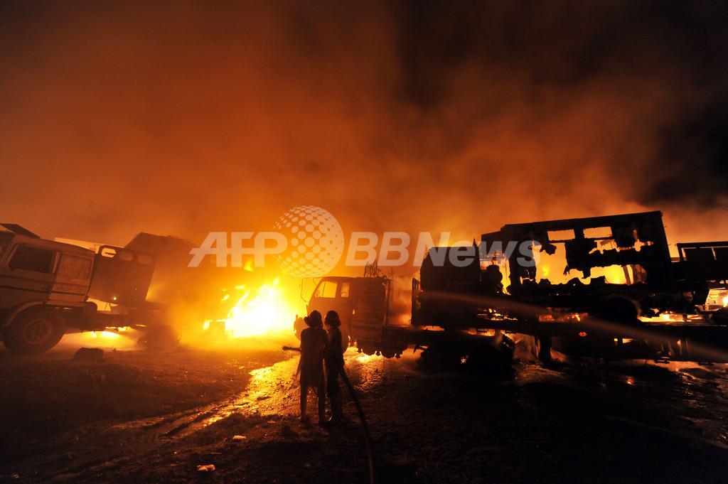 NATO軍へ物資輸送の車列が襲撃され炎上、7人死亡 パキスタン