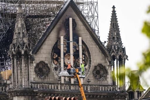寄付と再建方法で論争 ノートルダム火災、仏社会結束ならず