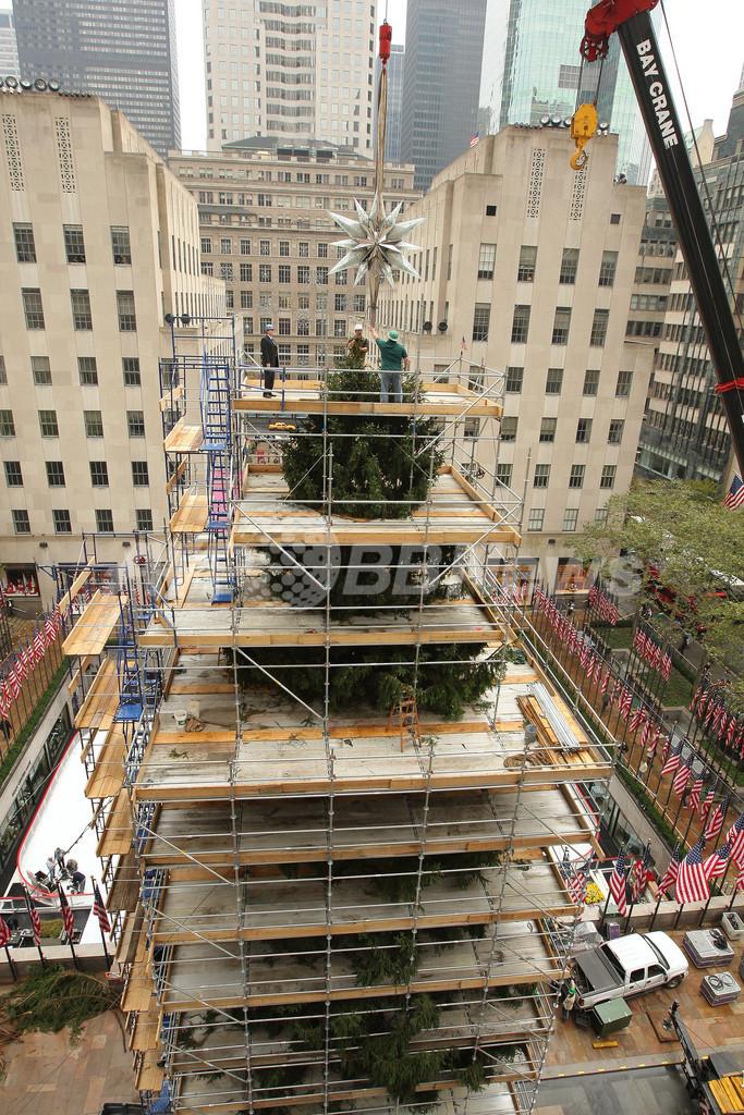 ロックフェラー・センター恒例のXマスツリー、スワロフスキーの星飾り
