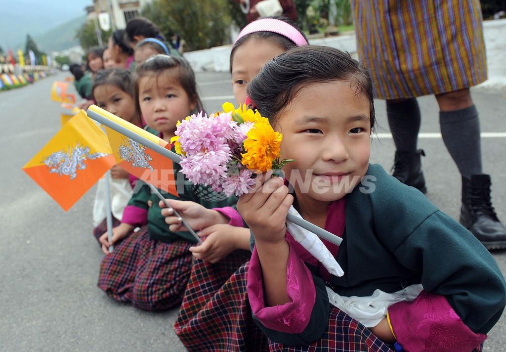 ブータンのロイヤル・ウエディング、祝賀行事でキスも披露