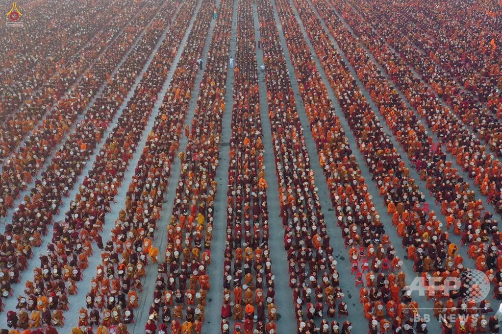 托鉢に僧侶3万人、横領疑惑のタイ寺院も共催 ミャンマー