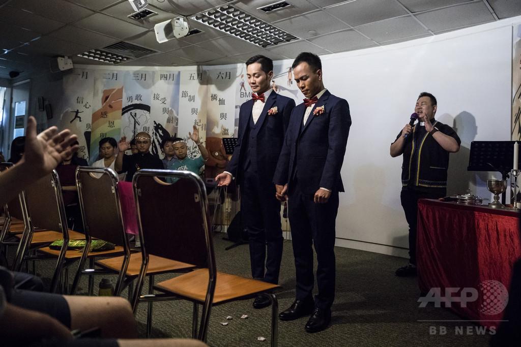 閉ざされたドアの向こうで挙げる同性カップルの結婚式、香港