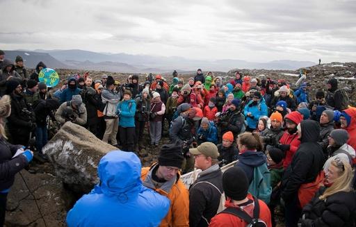 気候変動で失われたアイスランド初の氷河、「未来への手紙」の銘板を設置