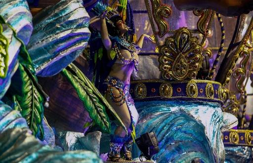 ブラジル・サンパウロのカーニバル2日目、壮麗な山車と華やかなダンサーの夜