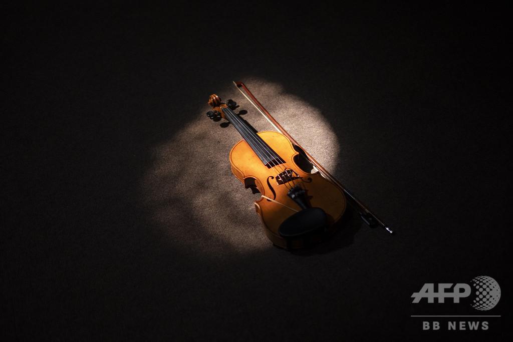 電車に置き忘れた18世紀のバイオリン、持ち主の手に戻る 英国
