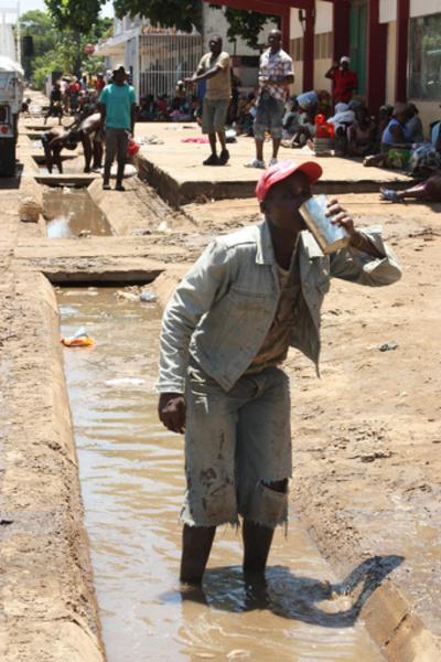避難した屋根の上で赤ちゃんを出産、洪水のモザンビーク