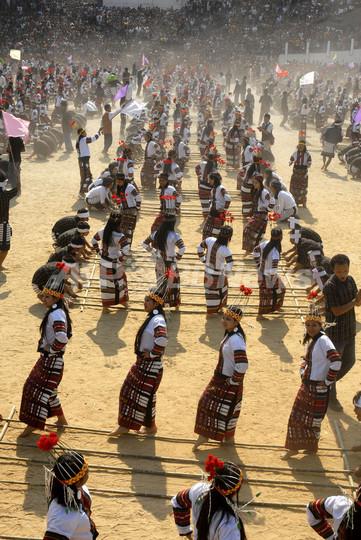 1万人のバンブーダンスでギネス記録更新、インド・ミゾラム州