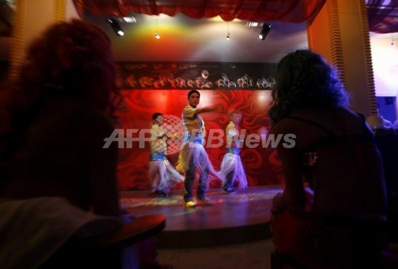中国初の公的支援のゲイバー、雲南にオープン エイズ情報も提供