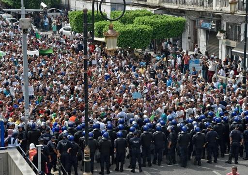 政治空白続くアルジェリア、デモ隊の首都立ち入りを禁止