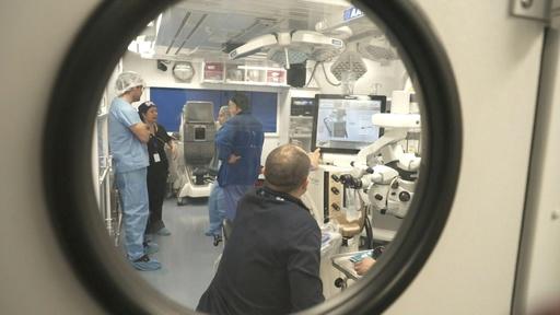 動画:飛行機の中で治療する「空飛ぶ眼科病院」、チリで学生らが訓練