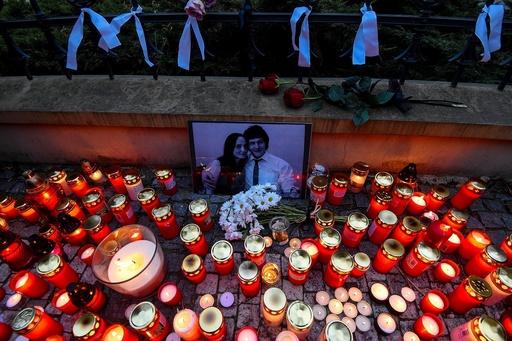 動画:スロバキア記者殺害、各地で追悼デモ 婚約者は花嫁衣装で埋葬