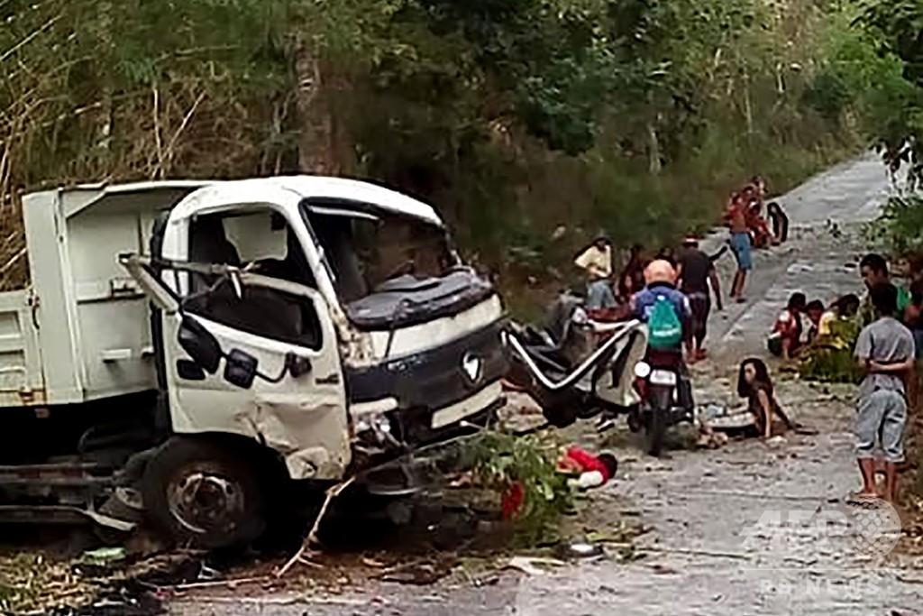 53人乗せたトラック横転、結婚申し込まれたばかりの女性ら13人死亡 比