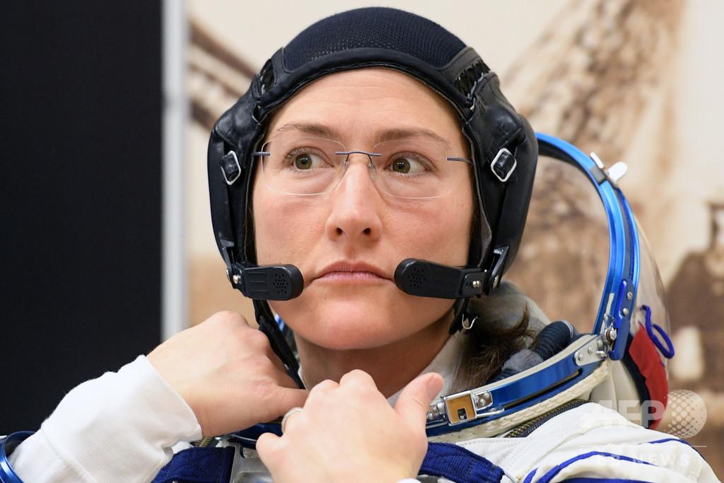 史上初の女性のみのISS船外活動、合う宇宙服なく断念へ