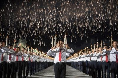 平壌で「たいまつの行進」 北朝鮮建国70周年