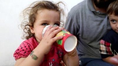 動画:紙コップの手作りガスマスク、我が子を化学兵器から守るため