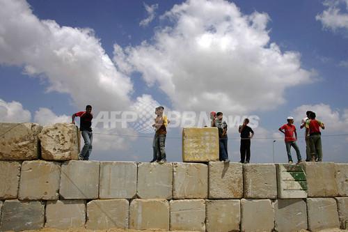 境界壁を爆破、数百人がガザ地区脱出