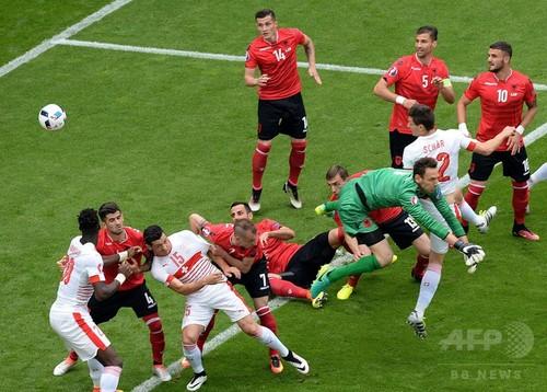 スイスが白星発進、退場者を ...