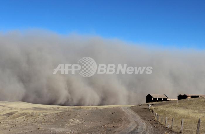 押し寄せる砂の壁、猛威をふるう砂嵐 中国
