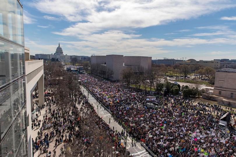 米首都、高校生の呼び掛けで数十万人が銃規制要求デモ 過去数十年で最大