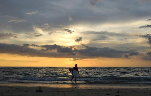 津波のトラウマを克服する「希望のサーフィン」 スマトラ沖地震から15年