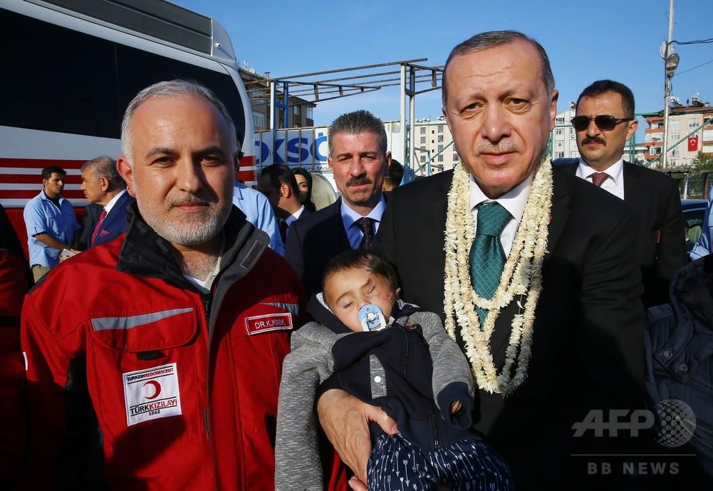 シリア空爆で片目失った赤ちゃん、トルコに脱出 大統領が出迎え