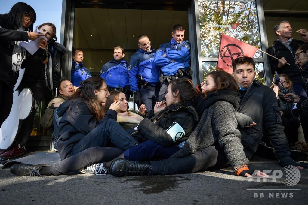 「絶滅への反逆」が空港ターミナルを封鎖、プライベートジェットを批判 スイス