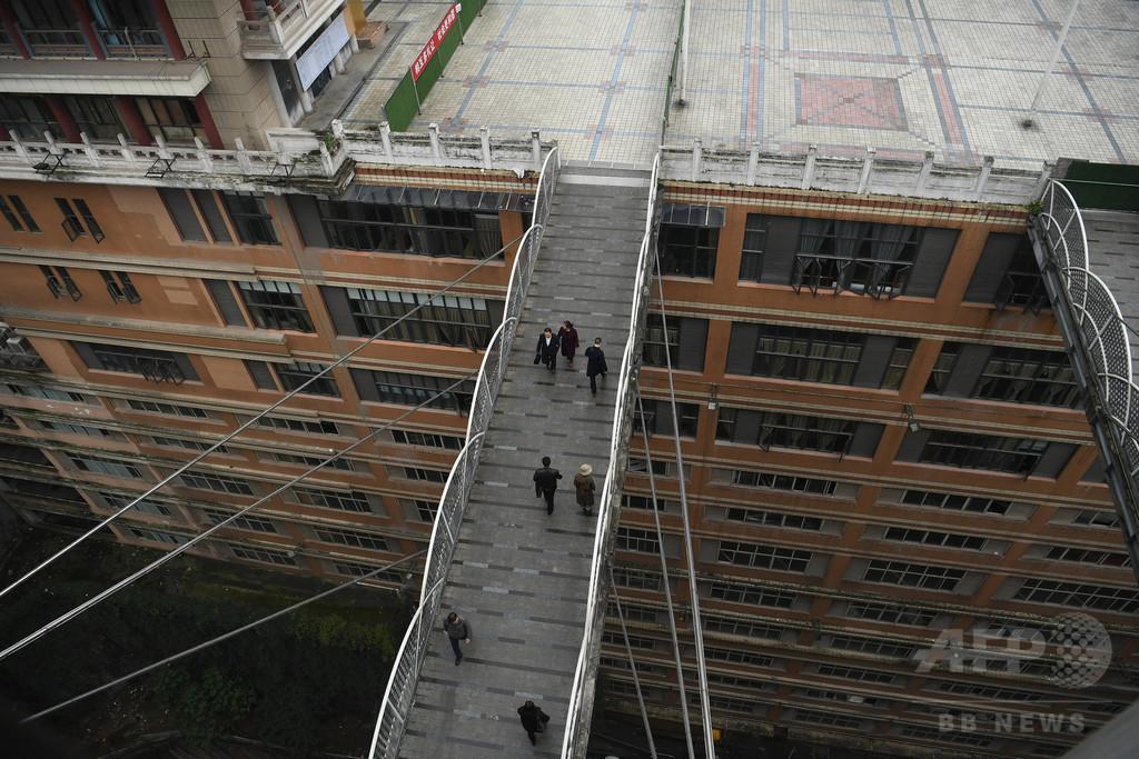 27階の歩道橋を渡る勇気ある? 重慶の幻想的な建築に広場出現