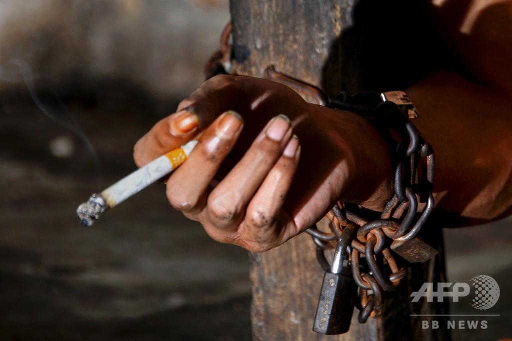 コロナで再び「鎖につながれる」精神障害者 インドネシア