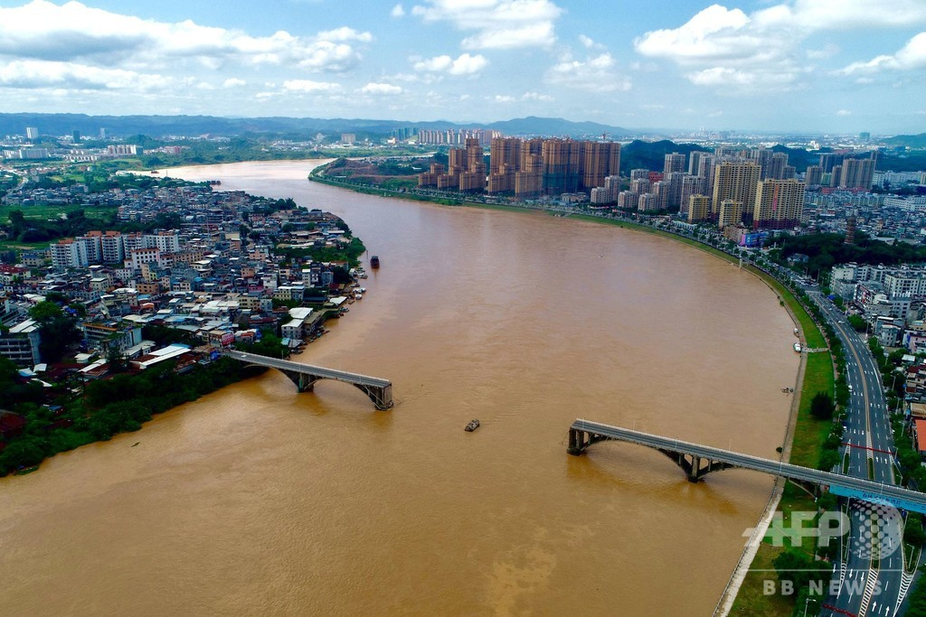 広東・河原の集中豪雨で橋が崩落 自動車2台が転落、捜索続く