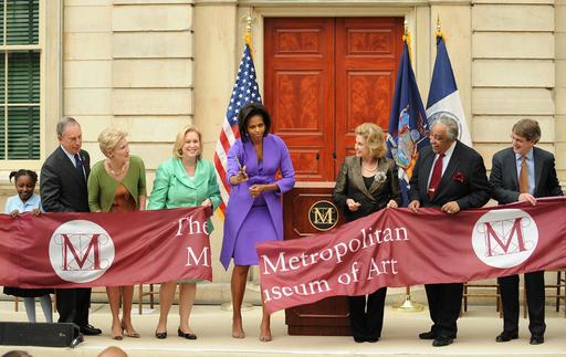 ミシェル夫人、メトロポリタン美術館の記念式典でテープカット